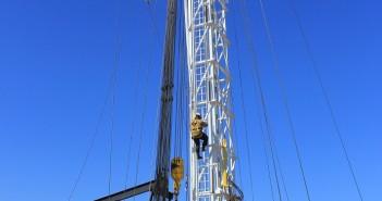 Worker climbing rig mast vertical (lr)